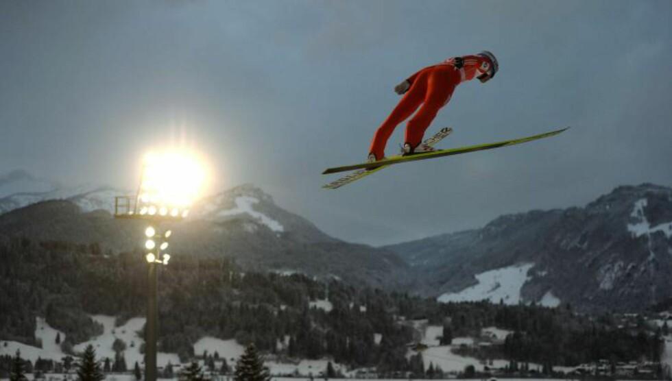 HOPPUKA I GANG:  Anders Bardal i svev over Oberstdorf i går. FOTO: AFP/ NTB SCANPIX