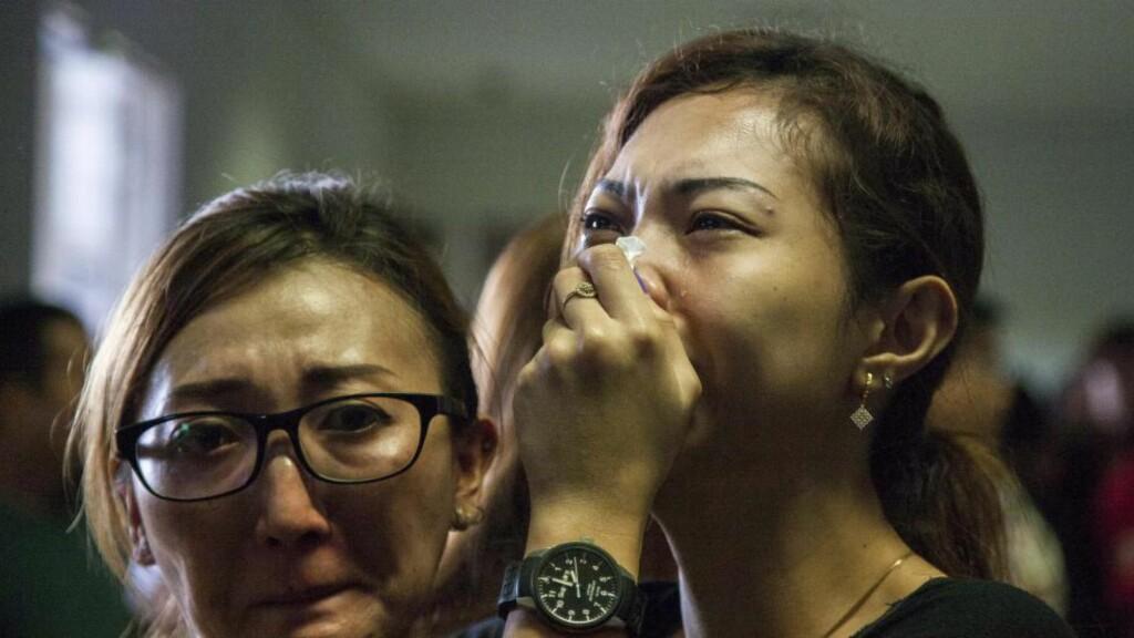 VET INGENTING: Pårørende av passasjerer om bord QZ8501 har samlet seg på Juanda internasjonale flyplass i Indonesia. De vet ikke hvordan det går med sine kjære. Foto: EPA/FULLY HANDOKO/NTB Scanpix