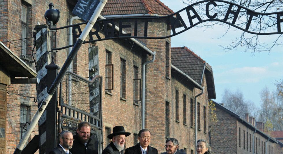 SKREKKENS MUSEUM:  FNs generalsekretær Ban Ki-moon på besøk i Auschwitz-Birkenau i fjor høst under inngangsporten med skiltet Arbeit Macht Frei - arbeid gir fri. Foto: Alik Keplicz, AP/NTB Scanpix.
