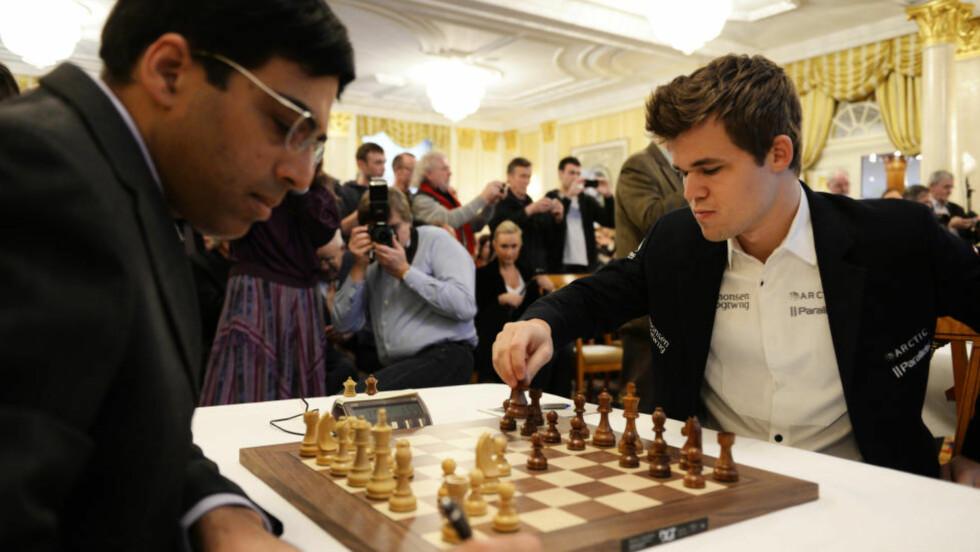 MØTES IGJEN:  Sjakkspillerne Magnus Carlsen og Viswanathan Anand spilt VM-kamp mot hverandre i fjor - og møtes igjen til ny kamp. Foto: AP Photo/Keystone,Steffen Schmidt