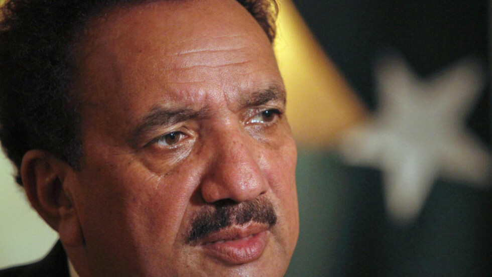 NEKTET ADGANG: Pakistans tidligere innenriksminister Rehman Malik var en av de to topp-politikerne som til slutt ble nektet av medpassasjerer å gå ombord i flyet fra Karachi til Islamabad. Foto: Reuters/Faisal Mahmood
