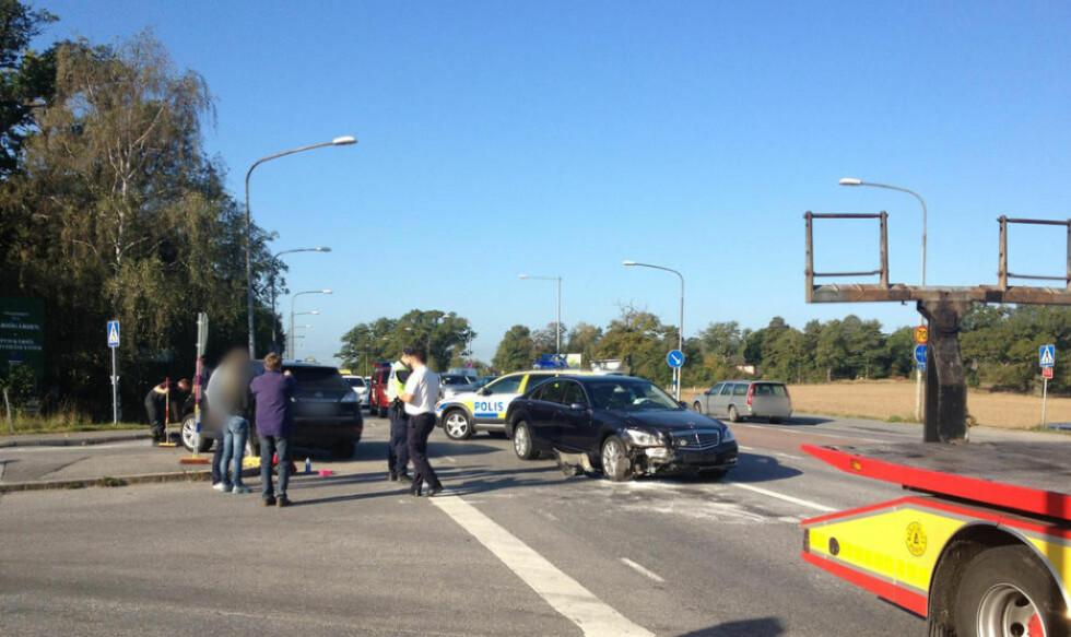 BULKESKADER: Kong Carl Gustaf av Sverige var involvert i en bilulykke på vei til flyplassen Bromma uutenfor Stockholm i morges. Kongen kom fra det uten skader, men bil han satt i, Mercedesen på bildet, har store bulkeskader. Foto: Expressen