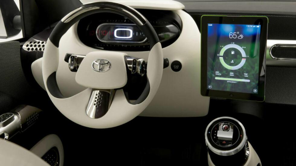 HIVER SEG PÅ: Toyota har fingeren på samfunnstrendenes puls - og da kan førermiljøet bli seende slik ut. Foto: TOYOTA