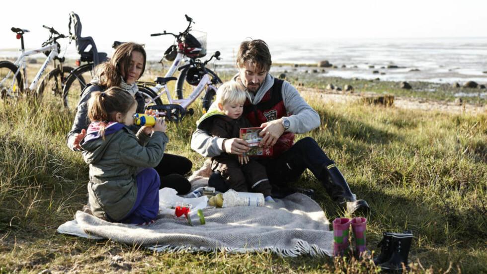 SAMMEN: Høstferietid er familietid. Sykkelen er gull når du vil utforske nye steder med familien. Danmark har nå  26 panorama-sykkelruter tilpasset ulike målgrupper. Denne famiilien slo seg ned ved Vadehavet i Jylland. Foto: VISITDENMARK