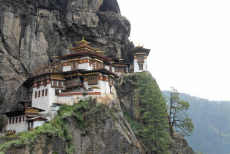 REDET: «Tigerredet» er kanskje den mest berømte turistattraksjonen i Bhutan. Klosteret Taktshang henger på en klippe, drøyt 700 meter over landsbyen Paro. Foto: LIDVIN TRAVEL