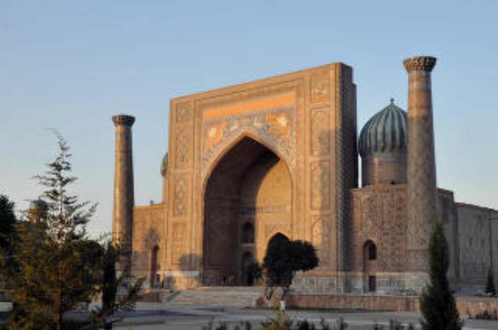 FLISER: Dette storslåtte byggverket i Samarkand i Usbekistan, er dekket av millioner av fliser. Foto:LIDVIN TRAVEL