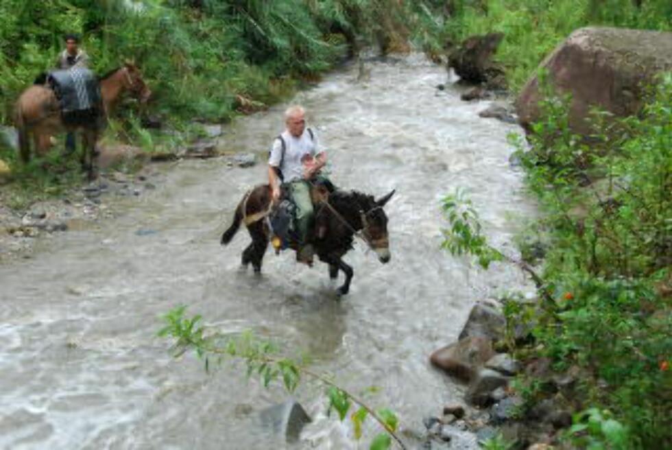 PERU: Øyvind Wesseltoft i Coex Amason krysser en sideelv  til Maranonelva på vei opp til indianersamfunnene i Contas. Hestegutten på elvebredden heter Elvis.  Foto: COEXAMAZON