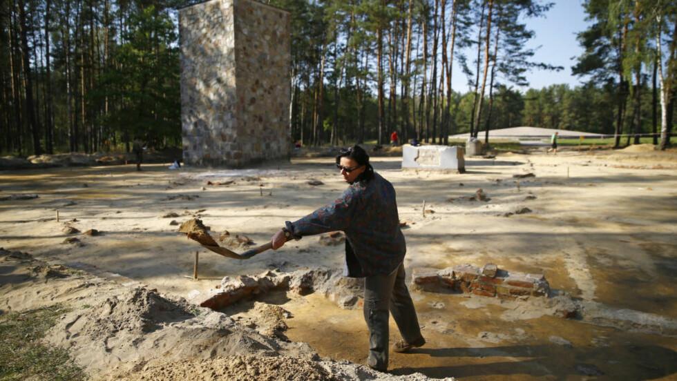 GRAVDE FRAM GASSKAMMER: Arkeolog og historiker Anna Zalewska graver i ruinene etter utryddelsesleiren i Sobibor, hvor de nylig fant dødsleirens gasskammer etter års leting. Foto: REUTERS
