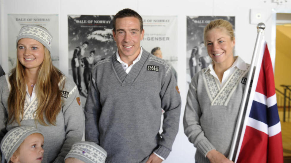 Å`PNER ARMENE FOR NORTHUG: Eldar Rønning viste fram VM-genseren i dag, og benyttet også muligheten til å ønske Petter Northug velkommen inn i landslagsvarmen igjen. Foto: Terje Pedersen / NTB scanpix