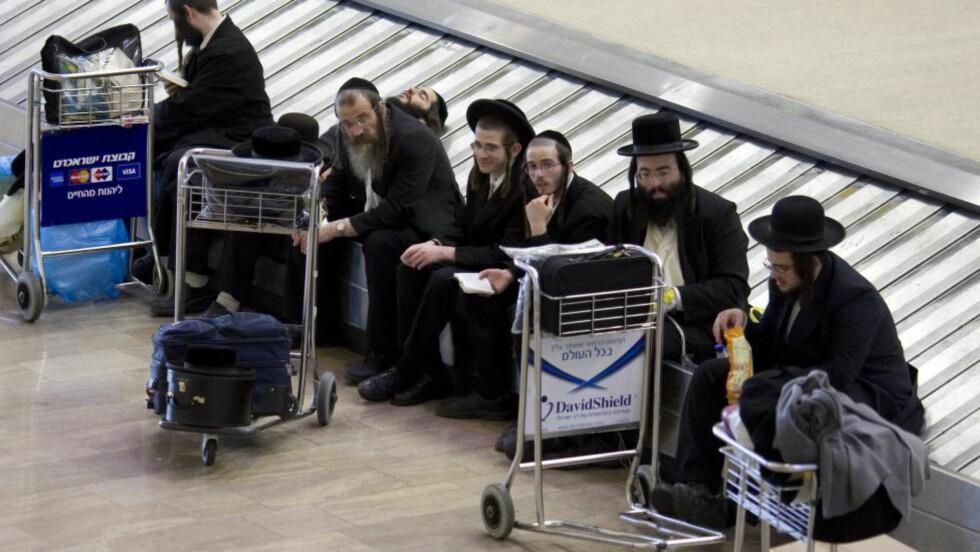 SETETRØBBEL:  Ultraortodokse jøder, her avbildet ved Ben Gurion-flyplassen i Tel Aviv, er ikke alltid like fornøyd med å bli seteplassert ved siden av det motsatte kjønn. ILLUSTRASJONSFOTO: NTB SCANPIX