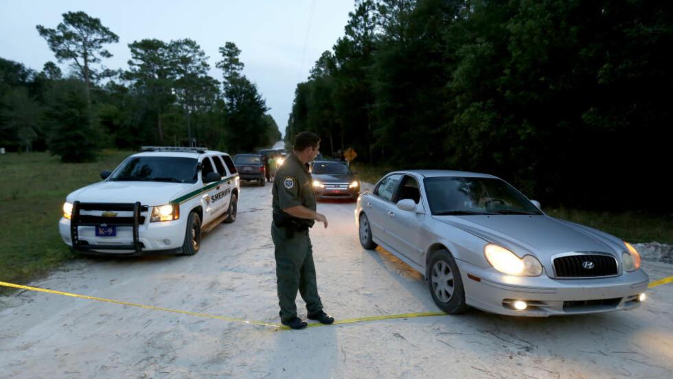 MASSEDRAP:  Politiet er ved åstedet hvor en 51-åring skjøt og drepte sin datter og seks barnebarn.  Foto: AP Photo/The Gainesville Sun, Matt Stamey