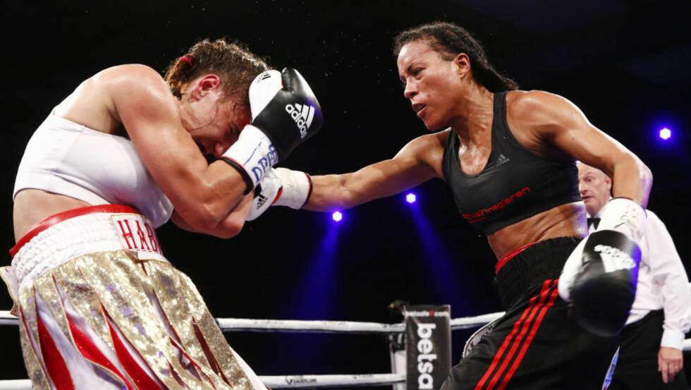 I AKSJON:  Cecilia Brækhus bokset mot kroatiske Ivana Habazin lørdag kveld. Foto: Heiko Junge / NTB scanpix