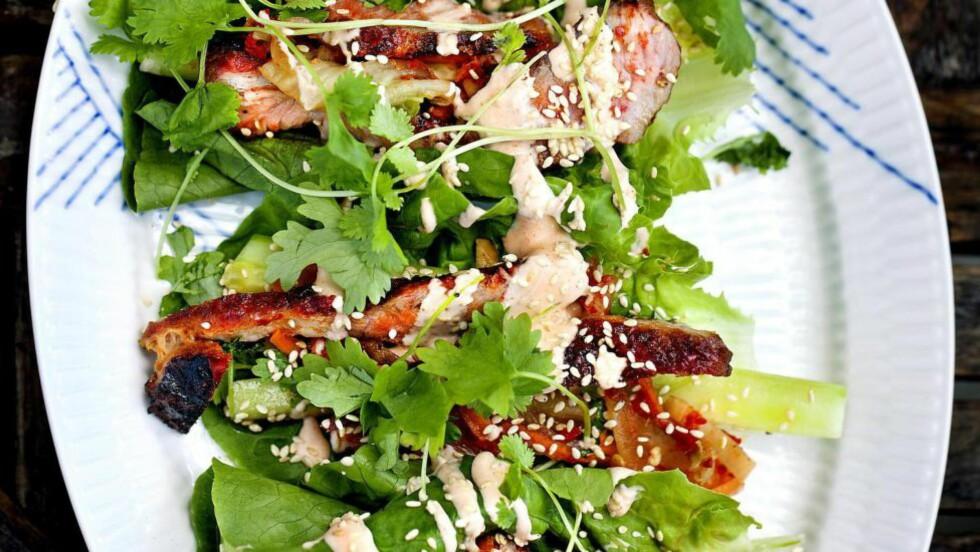 KOREANSK BARBEQUE: En spennende variant til den tradisjonelle fredagstacoen. Her ser du nygrillet svinenakke med kimchi og sirachamajones.  Foto: METTE MØLLER