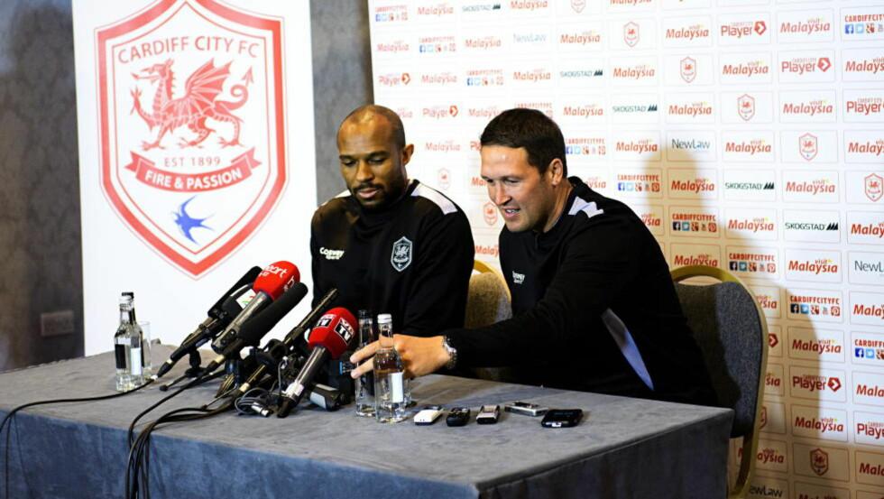 OVERRASKET: Danny Gabbidon og Scott Young hadde ikke forventet at Ole Gunnar Solskjær ville slutte som Cardiff-manager. I dag møtte duoen, som har fått det midlertidige treneransvaret, pressen i Wales. Foto: Sjur Stølen / Dagbladet
