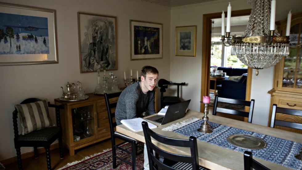 SPARER PENGER: Dag Magnus Sunnanå har eid bolig før - sammen med ekskjæresten. Men da forholdet tok slutt i april, måtte de selge leiligheten. Nå har ikke 28-åringen nok egenkapital til å kjøpe bolig på egen hånd, og han bor hjemme hos mor en periode for å spare penger. Foto: Christian Roth Christensen. Foto: NINA HANSEN