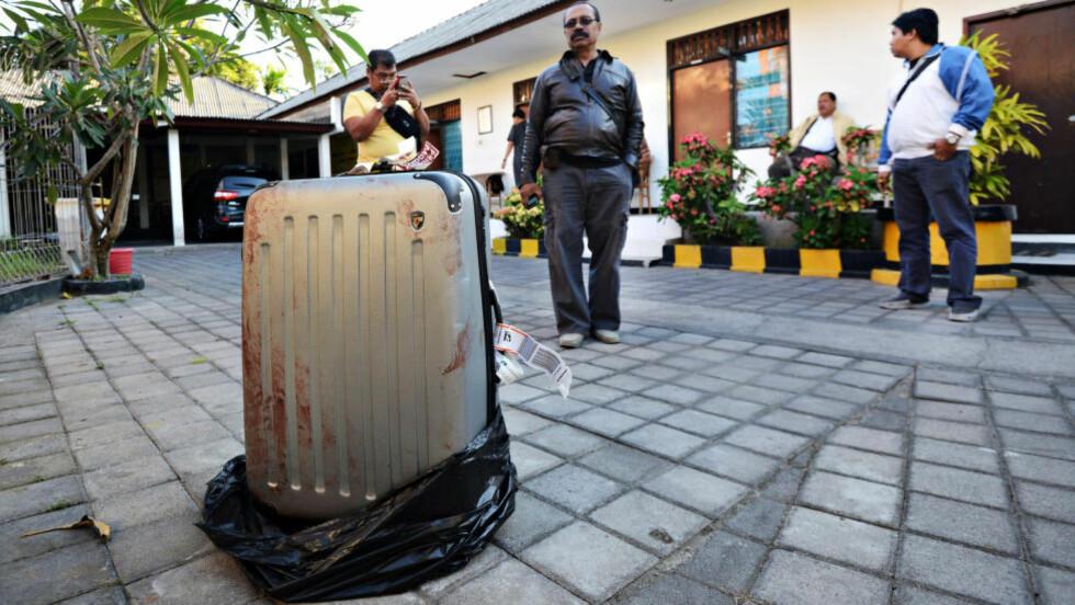 DREPT: I denne kofferten fant politiet på Bali kroppen til en kvinnelig amerikansk turist. Dattera og kjæresten hennes har innrømmet at det er de som står bak. Foto: AFP PHOTO / SONNY TUMBELAKA / NTB scanpix