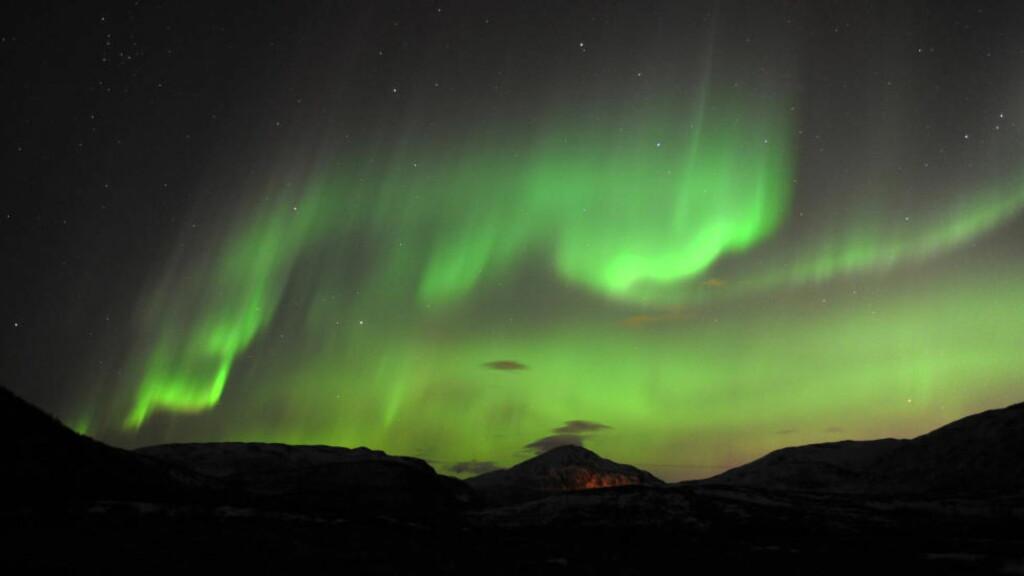 NORDLYS I TROMSØ:  Nordlys sett fra Skulsfjord utenfor Tromsø. Etter en uke med dårlig vær i nord dukket det opp akkurat da passasjerene skulle gå om bord i et Norwegian-fly. Det førte til at de ble stående på tarmac isteden for å gå om bord i flyet. Foto: Rune Stoltz Bertinussen / Scanpix