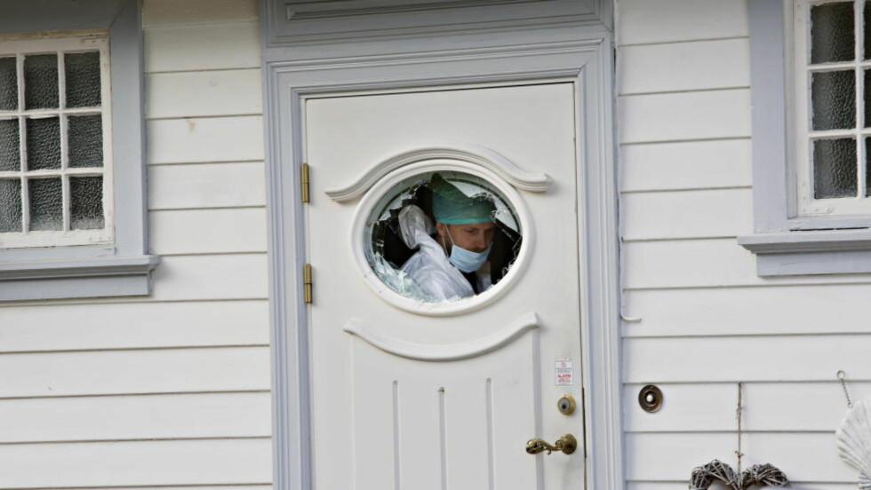 MÅTTE BRYTE SEG INN: Vinduet på ytterdøra ble knust av politiet da de tok seg inn i villaen under voldsepisoden. Foto: Jacques Hvistendahl / Dagbladet