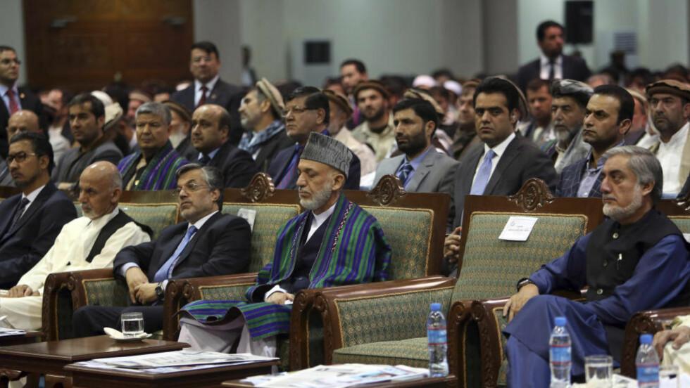 BITTER VALGKAMP:  Det afghanske presidentvalget har vært alt annet enn uproblematisk. Nå har rivalene Abdullah Abdullaj (t.h.) og Ashraf Ghani (nummer to fra venstre) blitt enige om å dele makta. Tidligere president Hamid Karzai i midten. Foto: NTB Scanpix