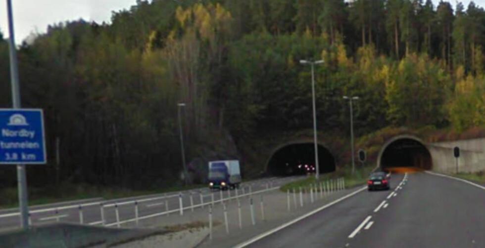 RATTET PÅ FANGET:  I kveldsmørket klokka 21.30 lørdag kveld oppdaget en trafikkant at det var en liten gutt som satt bak rattet i en personbil i sørgående retning i Nordbytunnelen i Ås kommune utenfor Oslo. Foto: Google Maps.
