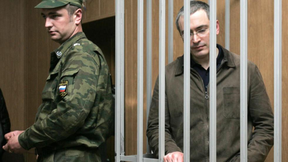 2005:  Mikhail Khodorkovskij plassert i stålbur under en rettssak i Moskva 17. mai 2005. Foto: Tatyana Makeyeva, AFP/NTB Scanpix.