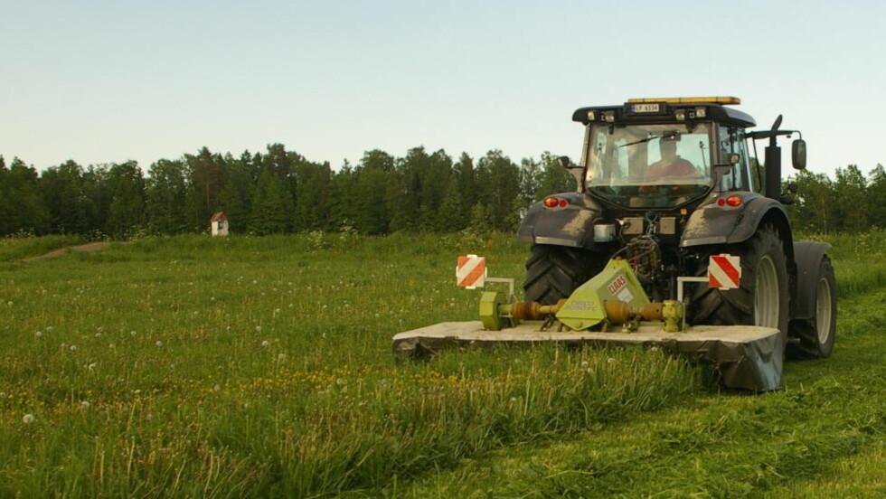 50 KILOMETER I TIMEN:  Det er farten på denne Valtra n163 Direct, som er traktoren til bonde Harald Lie. Før måtte man ha sertifikat for tunge vogntog for å kunne ta den ut på veiene. Foto: Privat