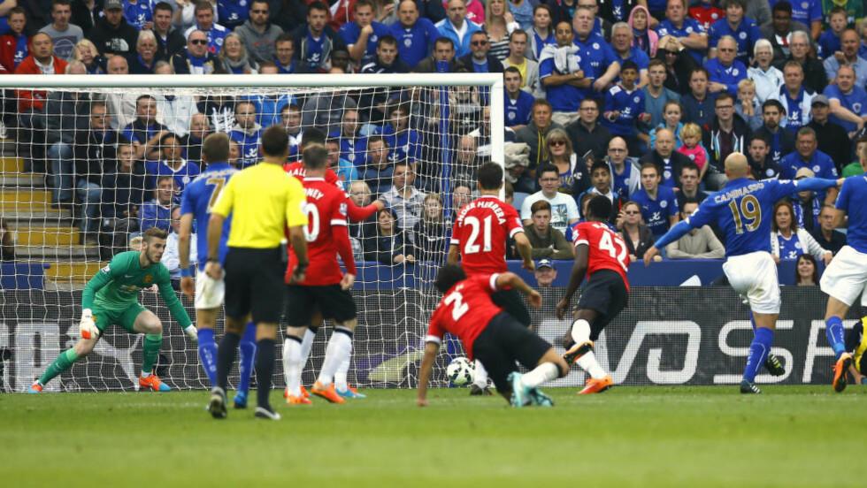 KANONMÅL:  Esteban Cambiasso satte inn 3-3-målet mot Manchester United. Leicester vant til slutt 5-3. Foto:  REUTERS/Darren Staples