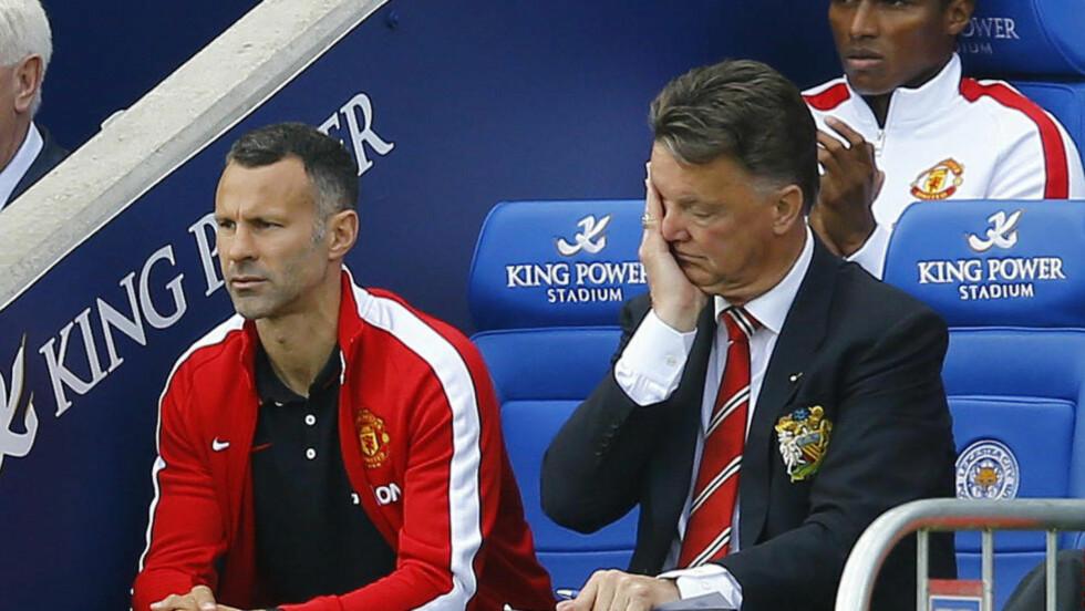NEDERLAG: Manchester United-manager Louis Van Gaal depper sammen med assistent Ryan Giggs. Foto: REUTERS/Darren Staples