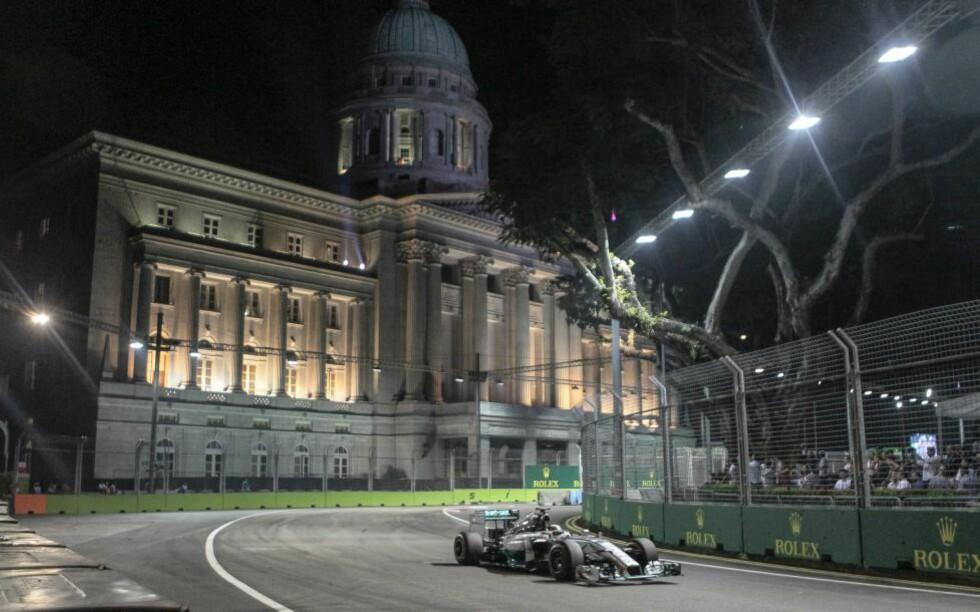 VANT: Lewis Hamilton vant Singapore Grand Prix, og tok samtidig over sammenlagtledelsen i VM-sammendraget. Foto: EPA/WALLACE WOON/NTB Scanpix
