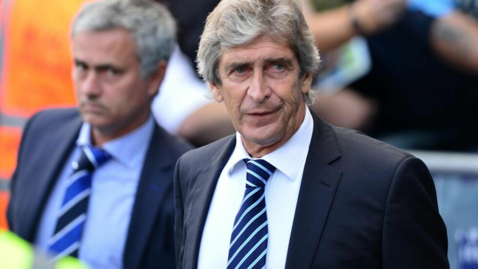 IRRITERTE:   Jose Mourinho og Manuel Pellegrini under dagens kamp på Etihad. Foto: AFP / NTB Scanpix
