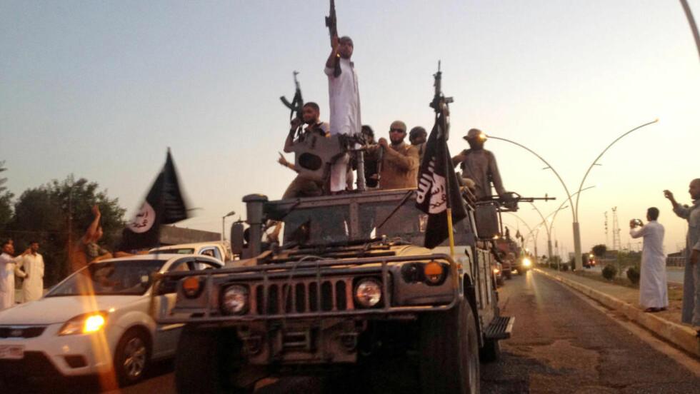ANGRIPES FRA LUFTA:  Den USA-ledede kampen mot IS har så langt bestått av luftangrep og trening av den irakiske hæren og de kurdiske styrkene. Nå sier Tony Blair, tidligere statsminister i Storbritannia, at det ikke er tilstrekkelig å kun angripe fra lufta. Her kjører krigere fra Den islamske stat rundt i den nord-irakiske byen Mosul, som de tok tidligere i sommer. Foto: Foto: AP Photo / NTB Scanpix