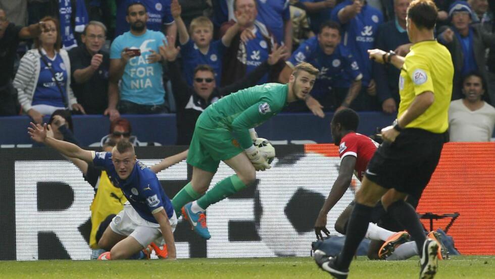 STRAFFE NR. TO: Mark Clattenburg dømte to straffer til Leicester da de vant 5-3 over Man. Utd i går. Dette er den andre, hvor United-stopper Tyler Blackett også fikk rødt kort.Foto: IAN KINGTON / AFP / Scanpix