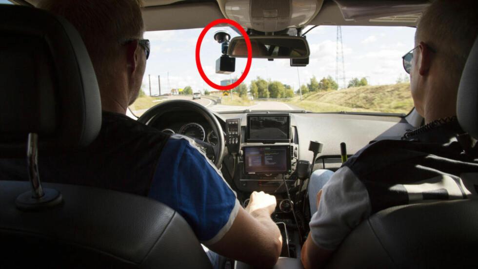 ANPR: Med kameraer i rutene koblet til en server bak setet og skjerm ved rattet, holder politibilene oppsikt med bilistene, uten at bilistene merker det. Hver dag kontrolleres over 14.000 nummerskilt. Foto: ERIK INDERHAUG/POLITIFORUM
