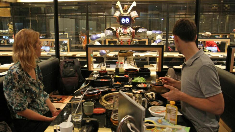 KUL KELNER: Maten er god, men kelneren er best på Hajime Robot Restaurant. Foto: RUNAR LARSEN