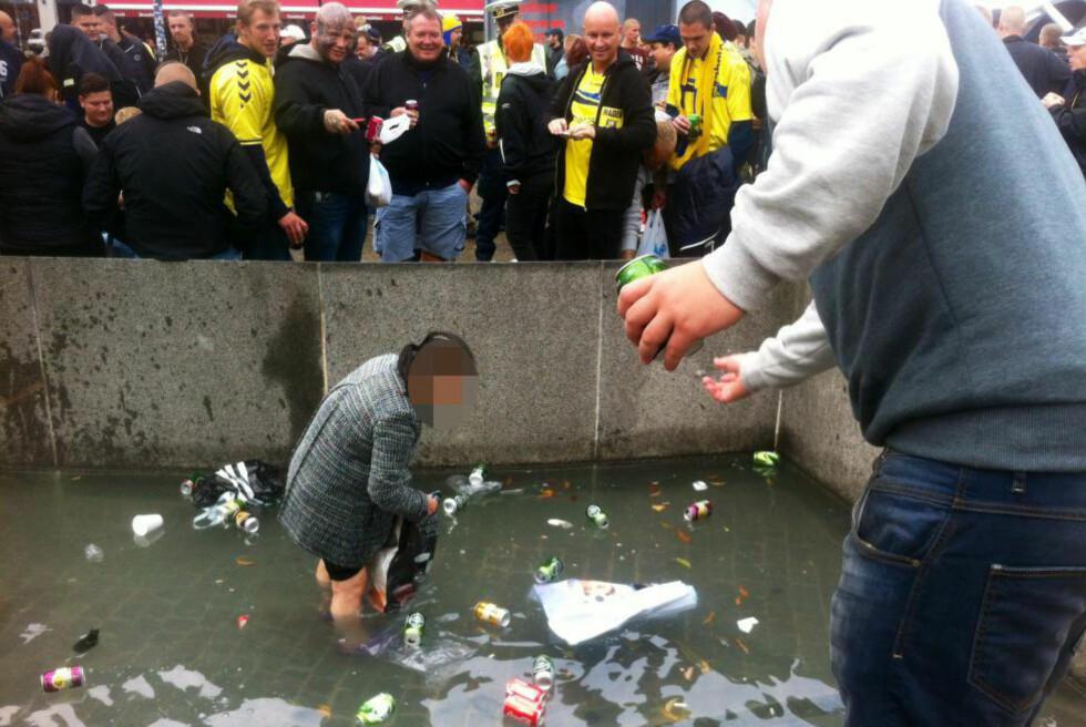 HÅNET: Brøndby-supportere kastet blant annet ølbokser mot den kvinnelige flaskesamleren, slik at vannet sprutet opp på henne. Foto: Ayse Dudu Tepe