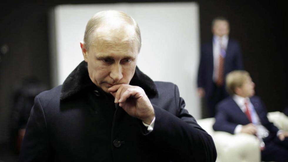 ISOLERT: Putin er nå en digital eremitt, skjermet og isolert. På tross av sin brede støtte i befolkningen har han tilgang til mindre og mindre informasjon fra en stadig mindre gruppe som ikke tør å motsi ham. Det skrev Shaun Walker fra The Guardian i artikkelen «Inside Putinworld» for tre uker siden. Foto: REUTERS/DAVID GOLDMAN/NTB SCANPIX