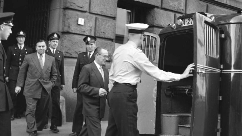 BLE DØMT FOR SPIONASJE: Her føres Asbjørn Sunde ut i svartemarja etter domsavsigelse i det gamle Tinghuset i Oslo. Han ble dømt for å ha spionert for Sovjetunionen etter krigen, og fikk åtte års fengsel. Bak Sunde sees hans medsammensvorne, sersjant Erling Nordby. 60 år etter at Sunde ble dømt for spionasje, nekter PST innsyn i etterforskningspapirene. Foto: NTB SCANPIX