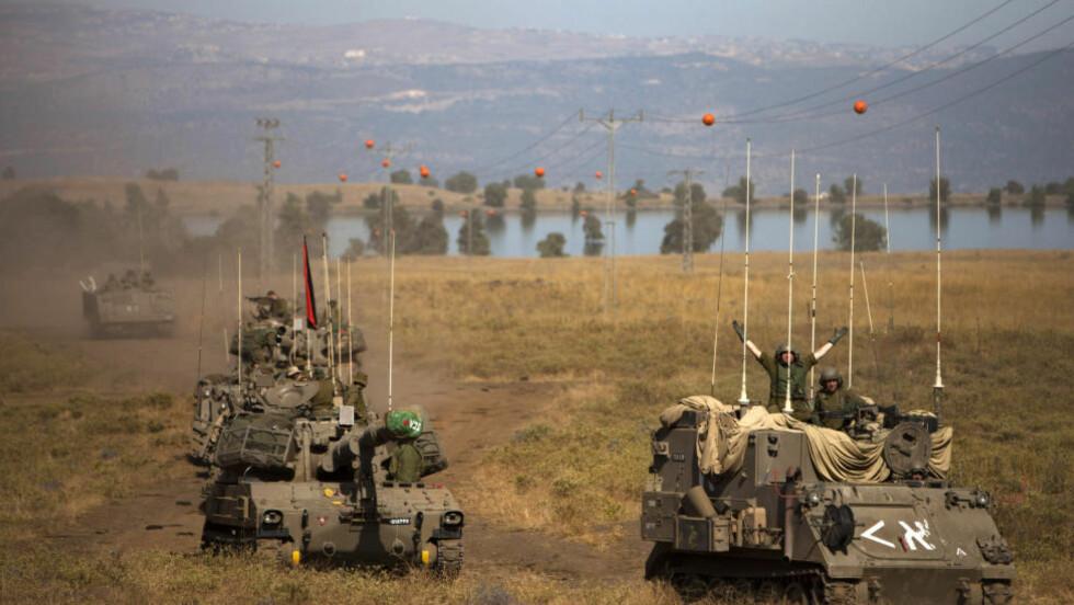 GOLANHØYDEN: Israelske soldater i pansrede kjøretøy under en øvelse i de israelskkontrollerte Golanhøydene som grenser mot Syria i 2013.  Foto: Oded Balilty / AP photo / NTB Scanpix