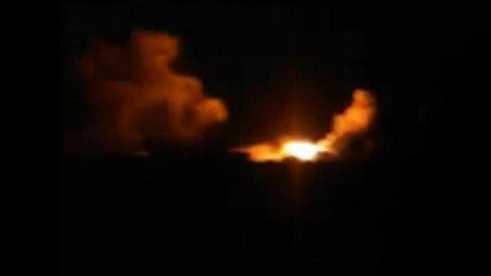 USA-ANGREP:  Dette bildet skal vise en eksplosjon i landsbyen Kfar Derian, etter USA i natt utførte en rekke luftangrep mot Den islamske stat i Syria. Bildet er tatt fra en video som ble lastet opp på sosiale medier. Foto: Amatørvideo via AP Video / NTB Scanpix T