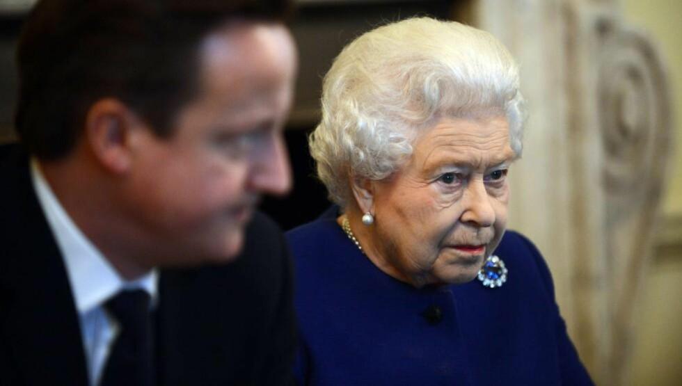 PINLIG: Statsminister David Cameron kan bli nødt til å unnskylde seg overfor dronning Elizabeth etter uttalelsen om at hun malte som en katt på telefonen. Foto: JEREMY SELWYN / AFP / NTB SCANPIX