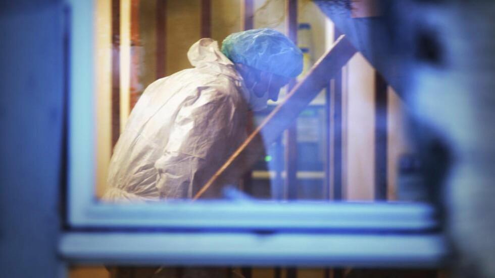 DRAP I TROMSØ:  En mann i 40-årene ble i går funnet død i en kommunal bolig på Kvalsøysletta i Tromsø. Her er krimteknikere i arbeidet i boligen. Foto: Rune Stoltz Bertinussen / NTB scanpix