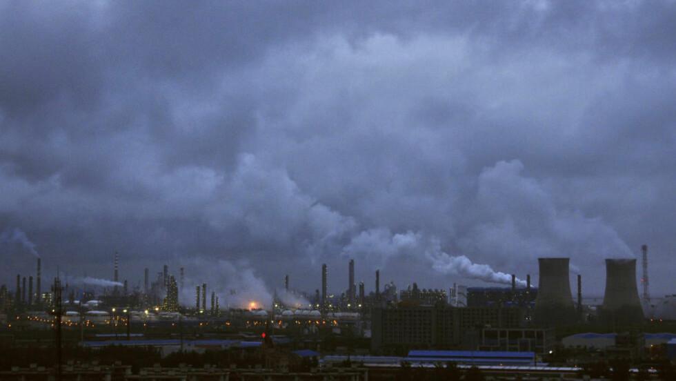 KLIMATILTAK: Røyk siver ut av piper og kjøletårn ved et raffineri i Ninbo i Zhejiang-provinsen. Kina har store problemer med å bli kvitt smog i de store byene, men lover altså nå å kutte i utslippene. Foto: SCANPIX