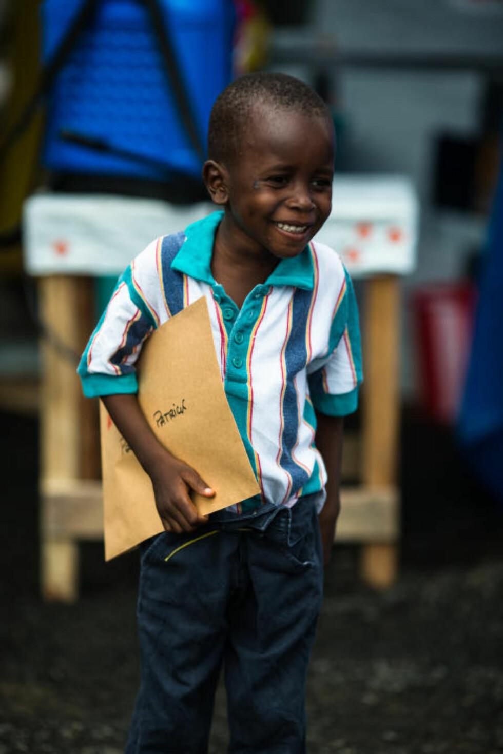 FRISK: Patrick (5) var lenge syk, men fikk eboladiplom som viser at han likevell ikke var smittet. Foto: Morgana Wingard/MSF.