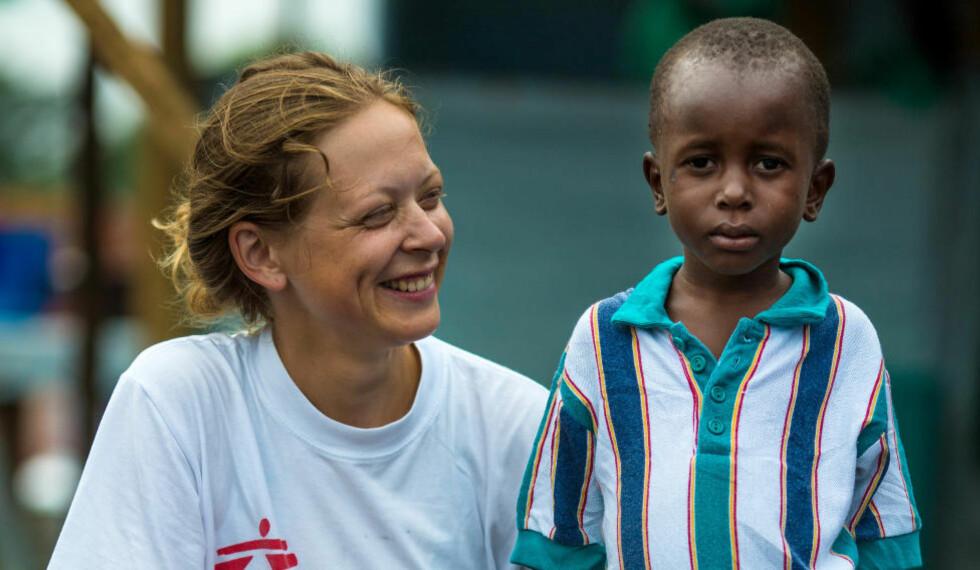 STERKT MØTE: I en måned har psykolog Ane Bjøru Fjeldsæter (31) fra Trondheim jobbet for Leger uten grenser i ebola-rammede Liberia. Her er hun sammen med Patrick (5). Foto: Morgana Wingard/MSF.