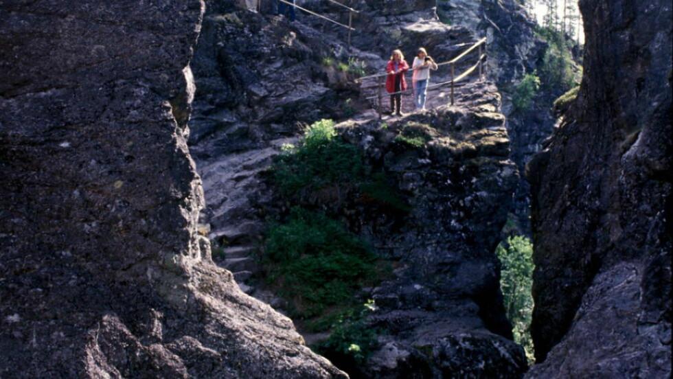 HELVETE: Naturparken med de opptil 40 meter dype jettegrytene skapt av naturens krefter er åpen ut september. Foto: HELVETE NATURPARK