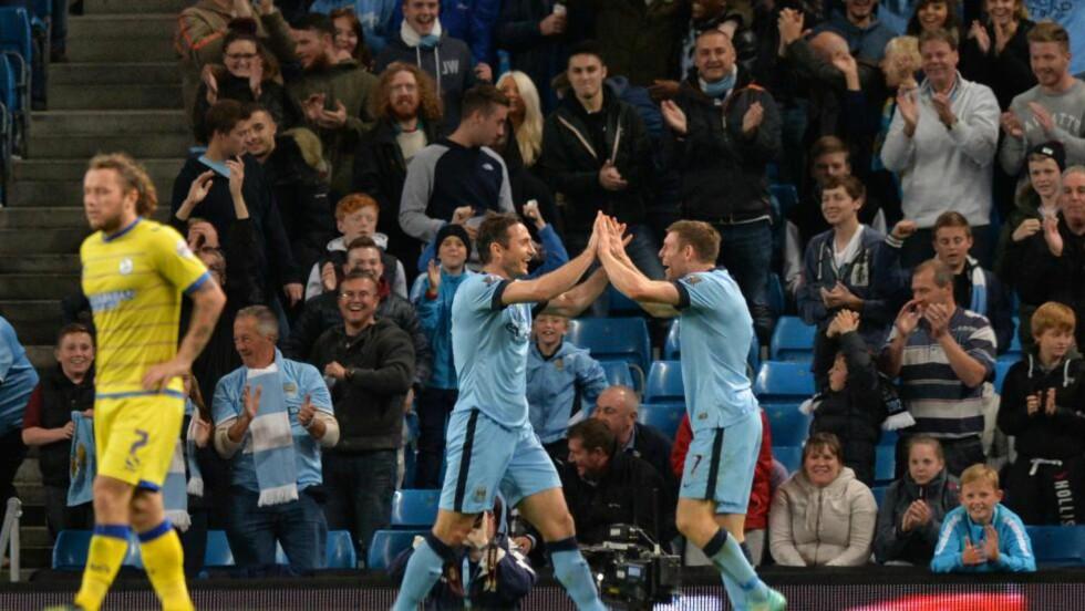 SCORET:  James Milner (t.h) gratulerer Frank Lamard etter en ny scoring i City-drakta. Manchester-klubben slo Sheffield Wednesday hele 7-0 i ligacupen. Foto: AFP PHOTO / PAUL ELLIS/NTB Scanpix.