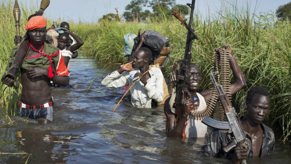ETNISK SPLITTET KONFLIKT:  Rebeller patruljerer her for å beskytte sivile fra folkegruppen nuer, som er på vei til Bentiu. Rebeller lojale til Sør-Sudans tidligere visepresident Rieck Machar, kjemper mot regjeringssoldatene, kontrollert av dinka-president Salva Kiir. Foto: Mattew Abbott / AP Photo / NTB Scanpix