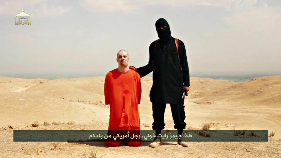 BØDDEL: Den amerikanske journalisten James Foley slik han framsto i IS egen propegandavideo fra henrettelsen. FBI sier nå at de kjenner bøddelens identitet. Foto: Grab fra IS - videoen