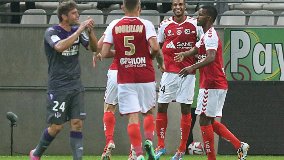 SCORET OG FORSVANT: Reims-angriper David N'Gog (nummer to fra høyre) feiret et debutmål 13. september. Nå er samme mann meldt forsvunnet av klubben. Foto: AFP  / FRANCOIS NASCIMBENI / NTB SCANPIX