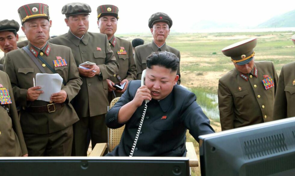 TESTER VÅPEN: I dette bildet, frigitt av det nordkoreanske propagandaapparatet 15. august, tester angivelig Kim Jong-un et nytt og ukjent avansert missil et sted i Nord-Korea. Diktatoren har ikke vist seg offentlig på over tre uker. Mens statskanalen melder at han føler seg uvel, frykter ledende eksperter at han faktisk kan være i full gang med å planlegge storkrig på Koreahalvøya. Foto: AFP PHOTO / KCNA / NTB Scanpix